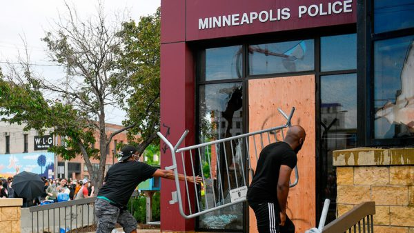 Un muerto, saqueos e incendios en otra noche de protestas contra el racismo policial