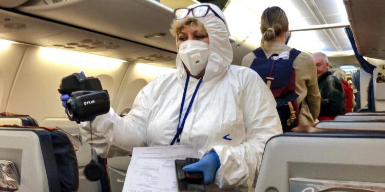 Cómo es volar después del coronavirus: sin revistas ni comidas, con más escalas y habrá que pedir permiso para ir al baño