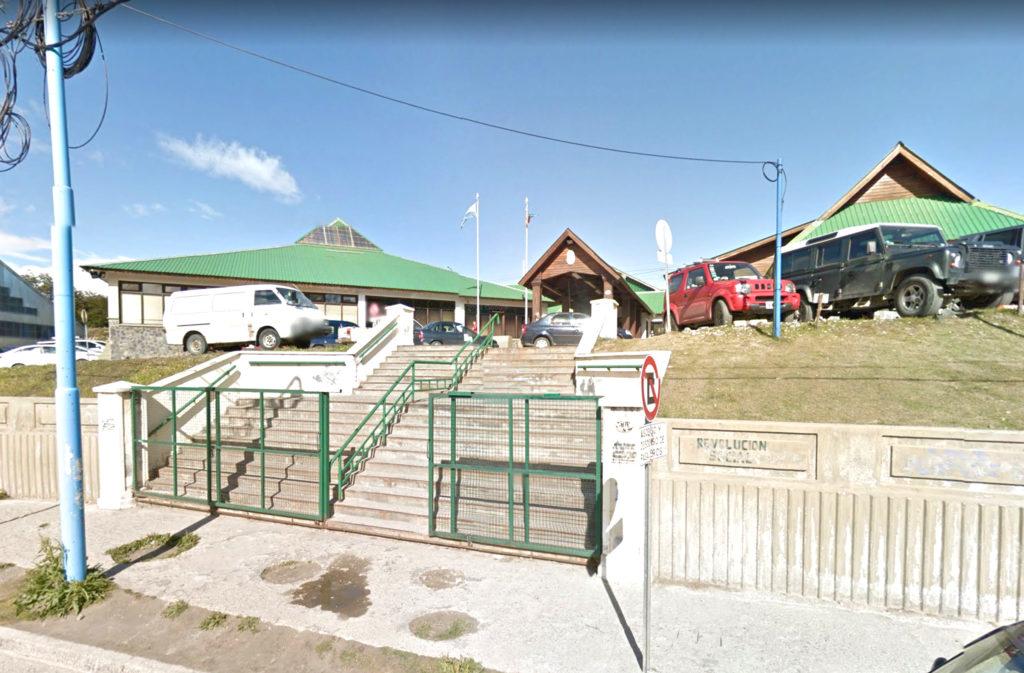 Vecino se encadenó en la baranda del edificio judicial de Monte Gallinero