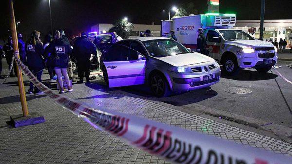 Asesinan de 18 tiros a un joven que intentó escapar de su auto a la carrera en Rosario