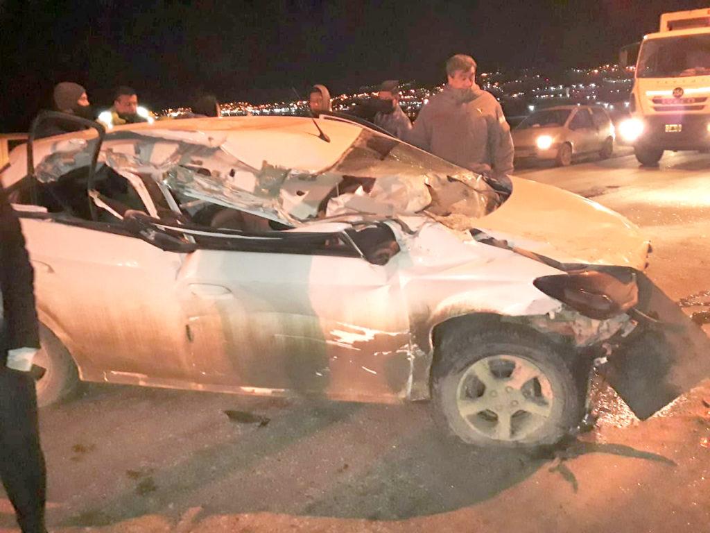 Cuatro heridos al chocar un vehículo contra un camión estacionado