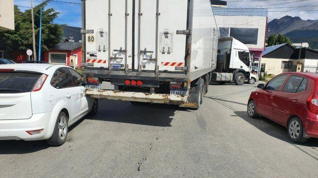 Un camión enganchó a un vehículo estacionado y lo hizo volcar