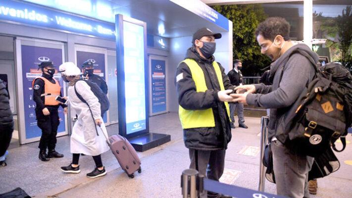 El Gobierno nacional pone la lupa sobre los vuelos para desalentar los viajes al exterior