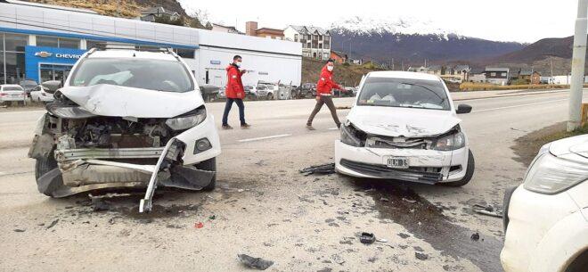 Conductor choca de frente y en la colisión resulta herida una mujer