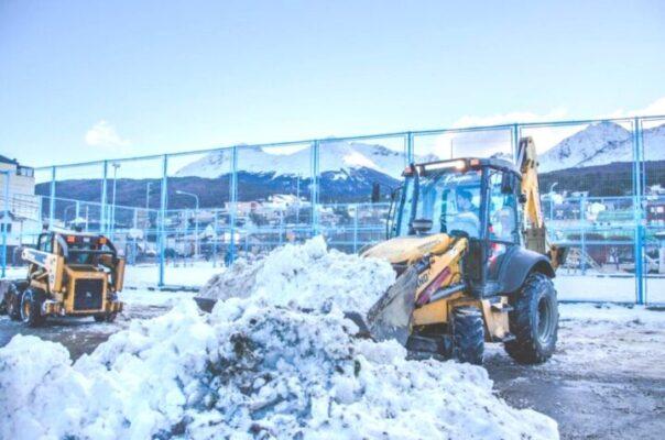 Continúan los trabajos de despeje y limpieza de hielo y nieve en los barrios de la ciuda